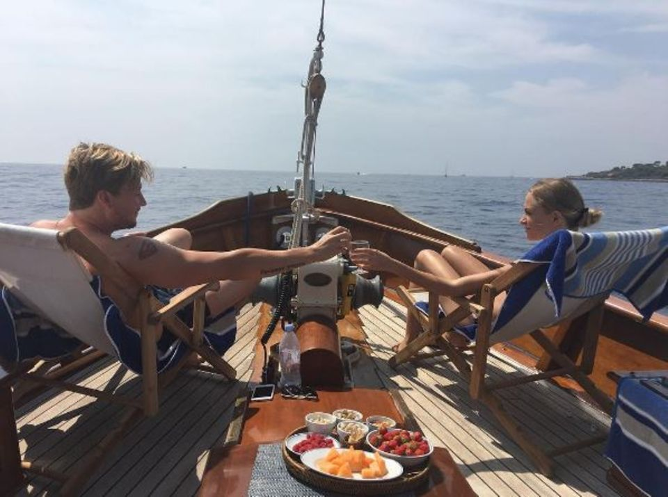 Samu Haber zeigt sich hier mit Freundin Vivianne Raudsepp. Das Liebespaar erholt sich ganz gemütlich auf einer Jacht mit Obst und Drinks in Südfrankreich.