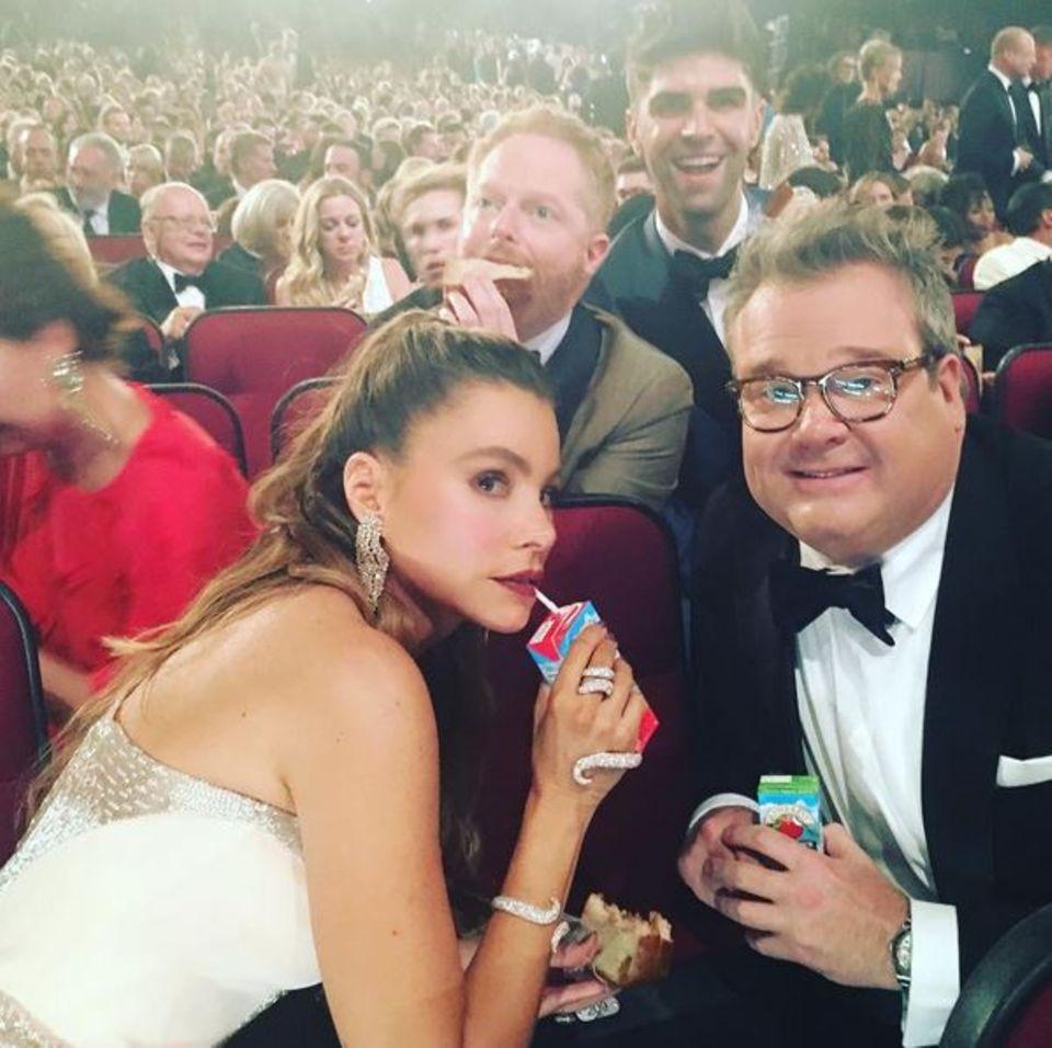"""Auch """"Modern Family""""-Stars Sofia Vergara, Eric Stonestreet und Jesse Tyler Ferguson bekommen ihr Lunchpaket: Bei der Emmy-Verleihung 2016 gab es ordentlich Butterbrot und Trinkpäckchen."""