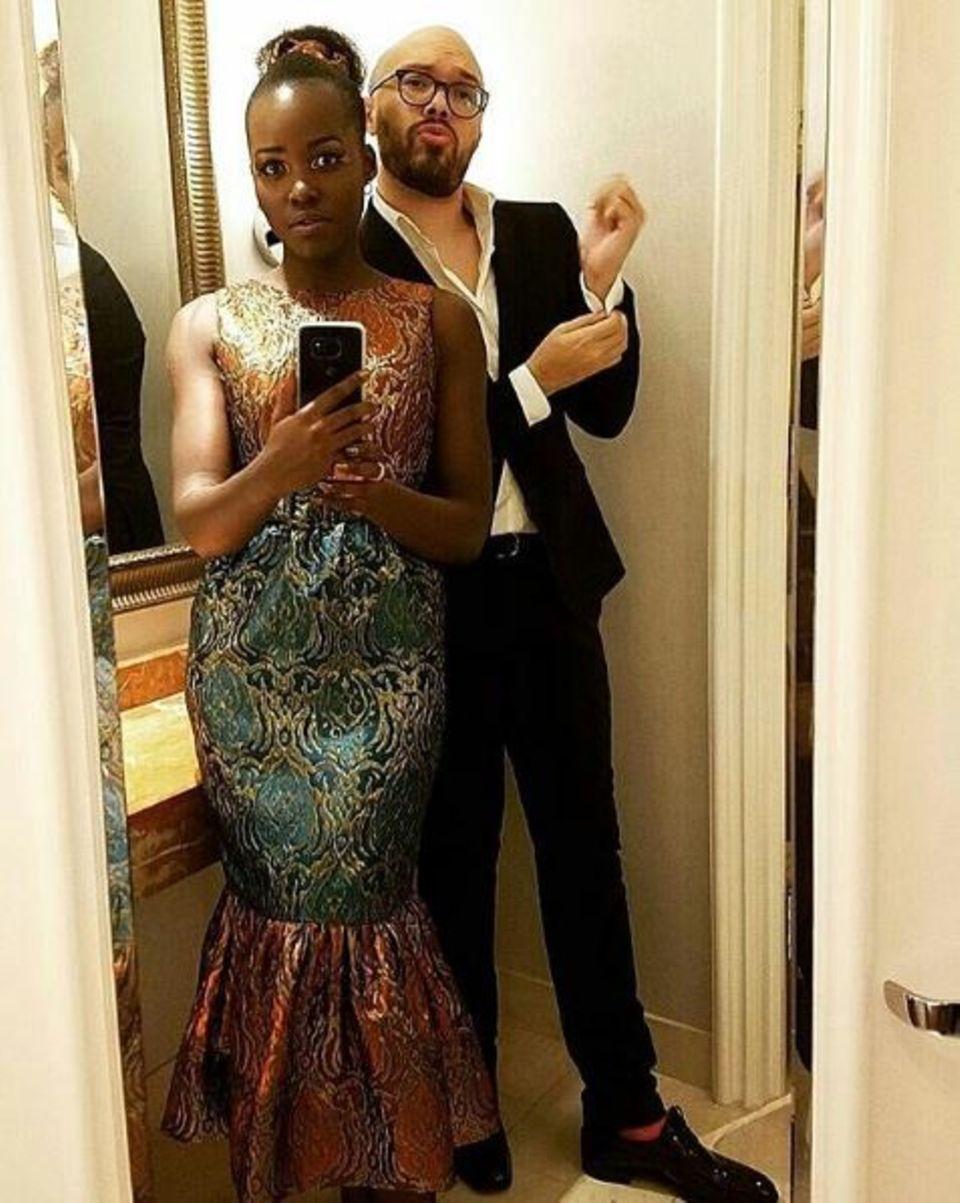 Vor der Party noch einmal schnell im Badezimmer checken, ob alles sitzt: Schauspielerin Lupita Nyong'o sieht einfach klasse aus.