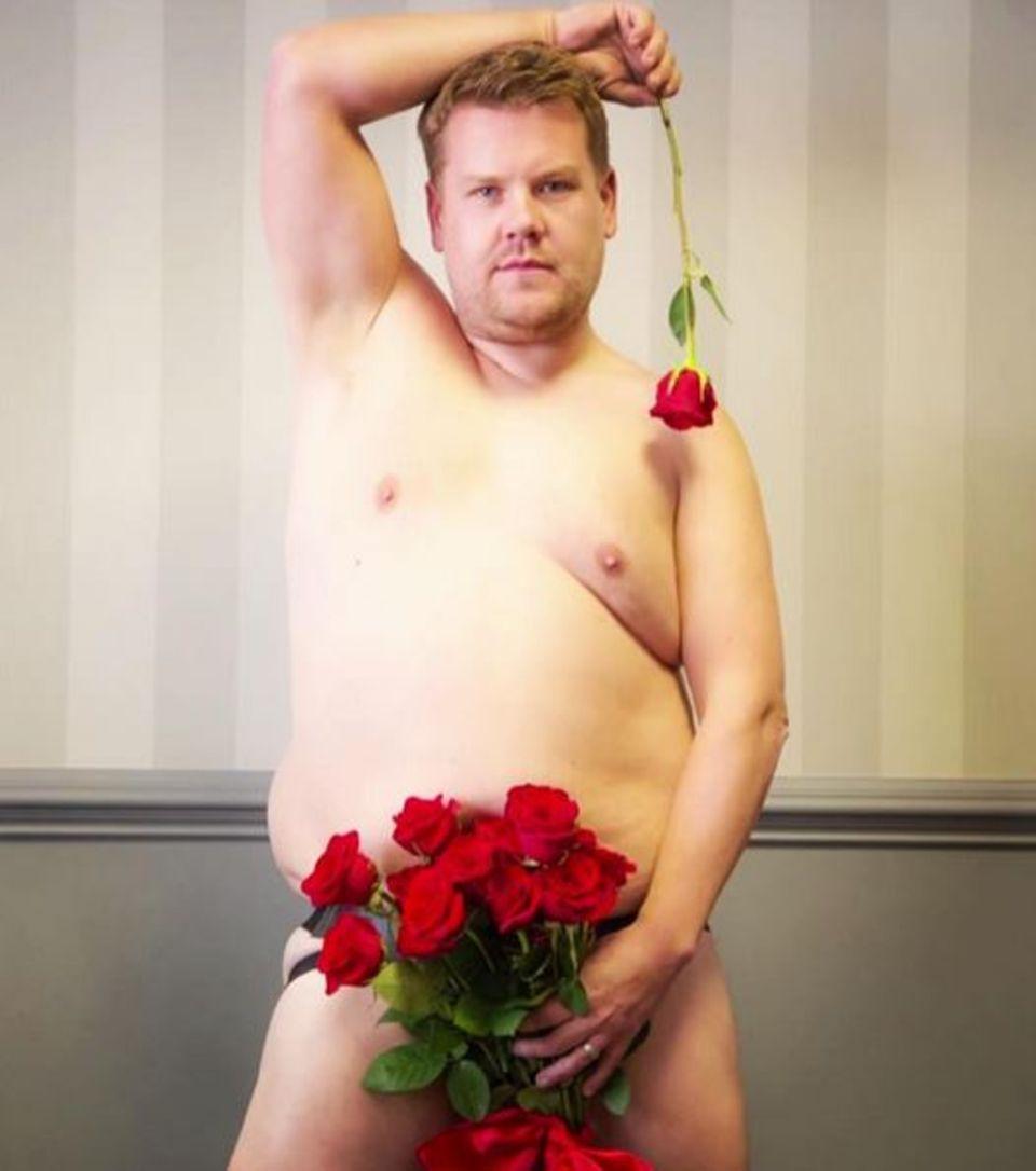"""August 2016  """"Rosenkavalier"""" James Corden zieht blank und posiert nackt für seine Fans. Nur sein bestes Stück wird von einem Strauß roter Rosen bedeckt."""