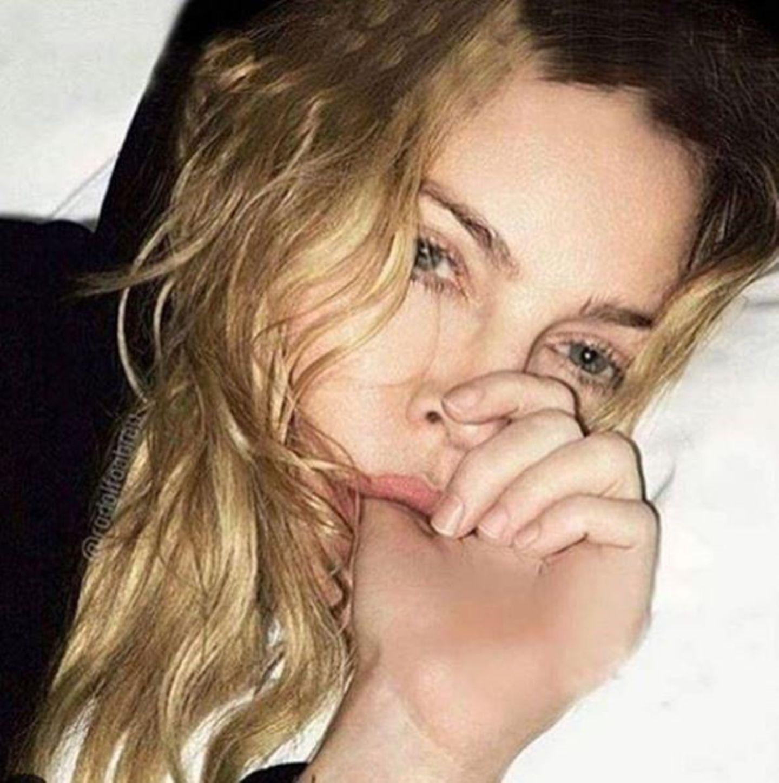 Madonna ist bekannt für Provokationen, diesmal versucht sie es mit diesem Bild. Sie nuckelt an ihrem Daumen wie ein kleines Kind, aber besonders skandalös wirkt es nicht wirklich.