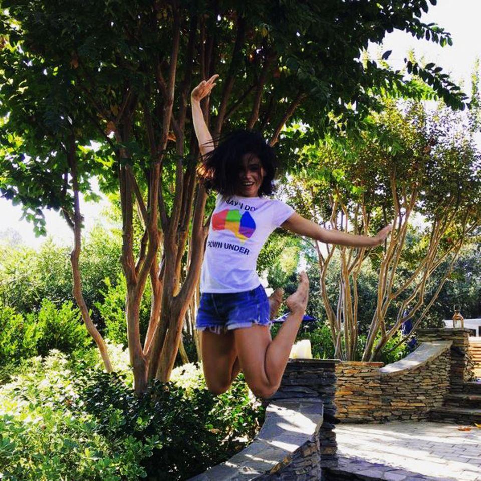"""Mit einem ausgeflippten Luftsprung und dem passenden T-Shirt macht Jenna Dewan auf die Organisation """"Say I do Down Under"""" aufmerksam, die sich für gleichgeschlechtliche Ehen einsetzt."""