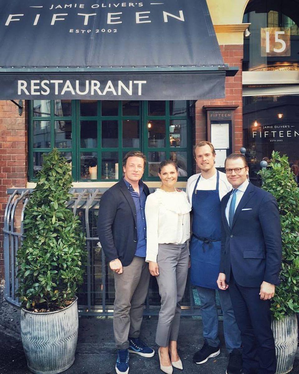 """August 2016   Royaler Besuch im """"Jamie Oliver's Fifteen""""-Restaurant in London: Voller Stolz teilt Jamie Oliver dieses Foto mit Kronprinzessin Victoria und Prinz Daniel und dem Chefkoch des Hauses Robbin, der aus Schweden stammt."""