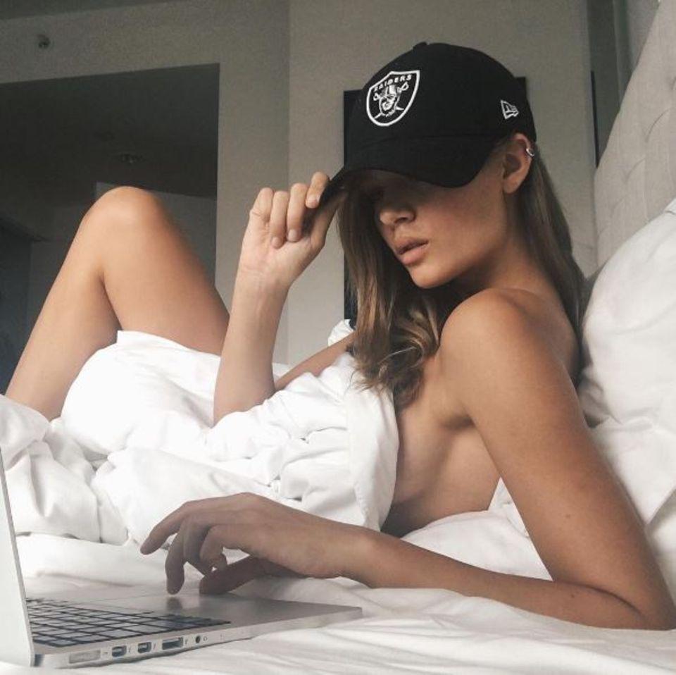Josephine Skriver bleibt sonntags im Bett und schaut den ganzen Tag Football: Ob sie das jedes Mal unbekleidet macht, können wir leider nicht sagen.