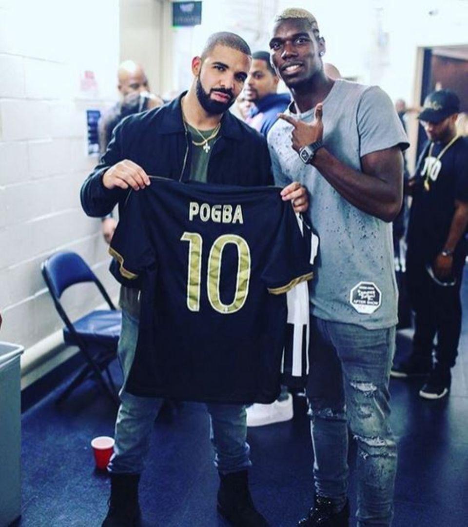 Rapper Drake freut sich über das Geschenk des Fußballstars: Der französische Nationalspieler Paul Pogba schenkt dem Musiker sein Trikot.