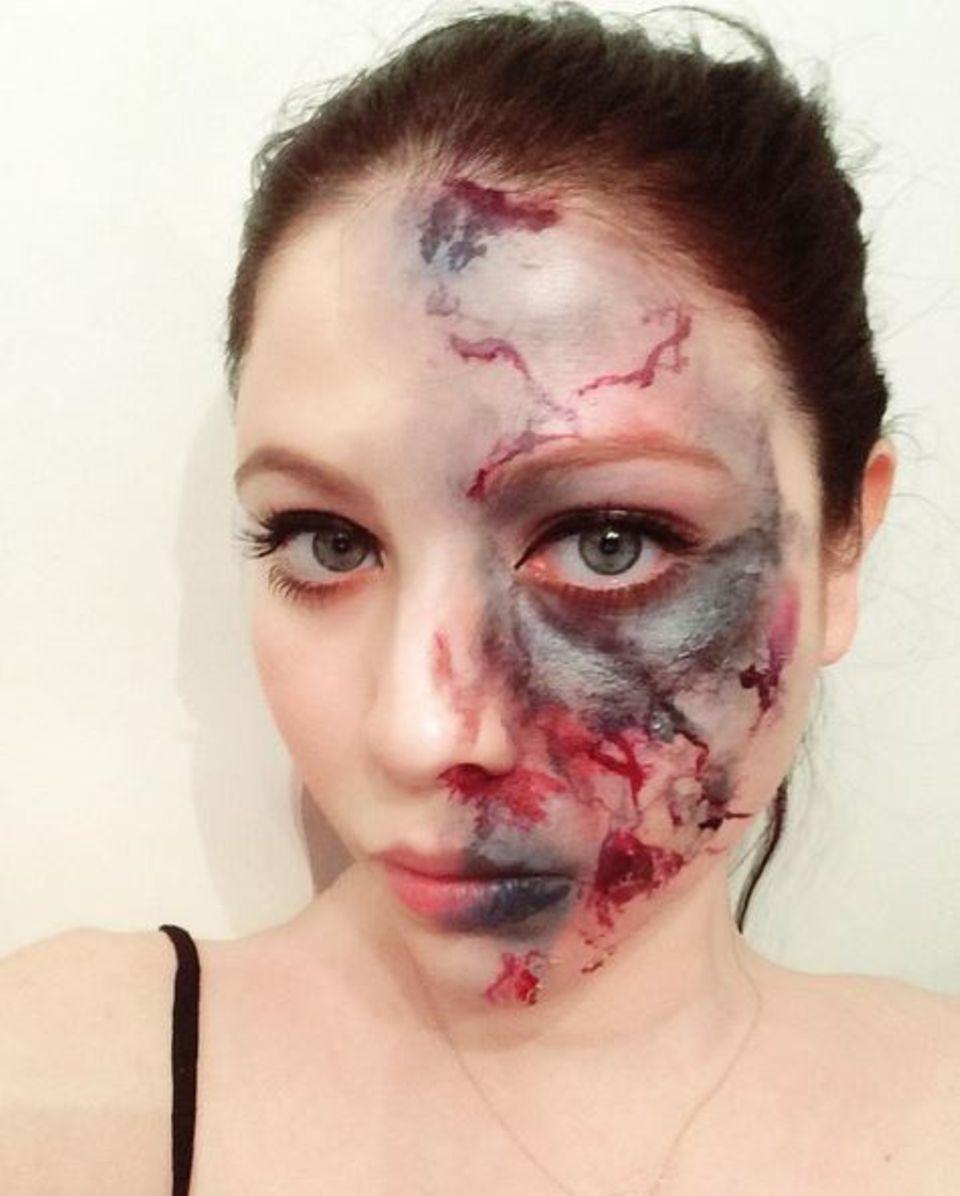 Januar 2016  Ist denn schon Halloween? Michelle Trachtenberg zeigt sich mit Grusel-Make-Up.