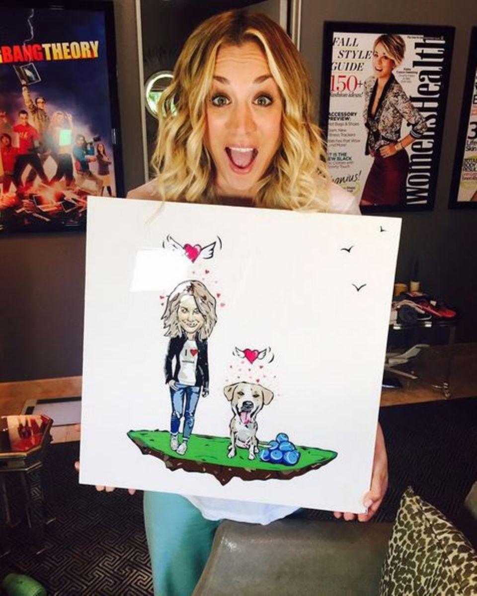 Kaley Cuoco freut sich riesig über das Geschenk von Make-up Artist Jamie Greenberg. Das Besondere an dem Bild: Es ist komplett aus Klebeband gemacht.