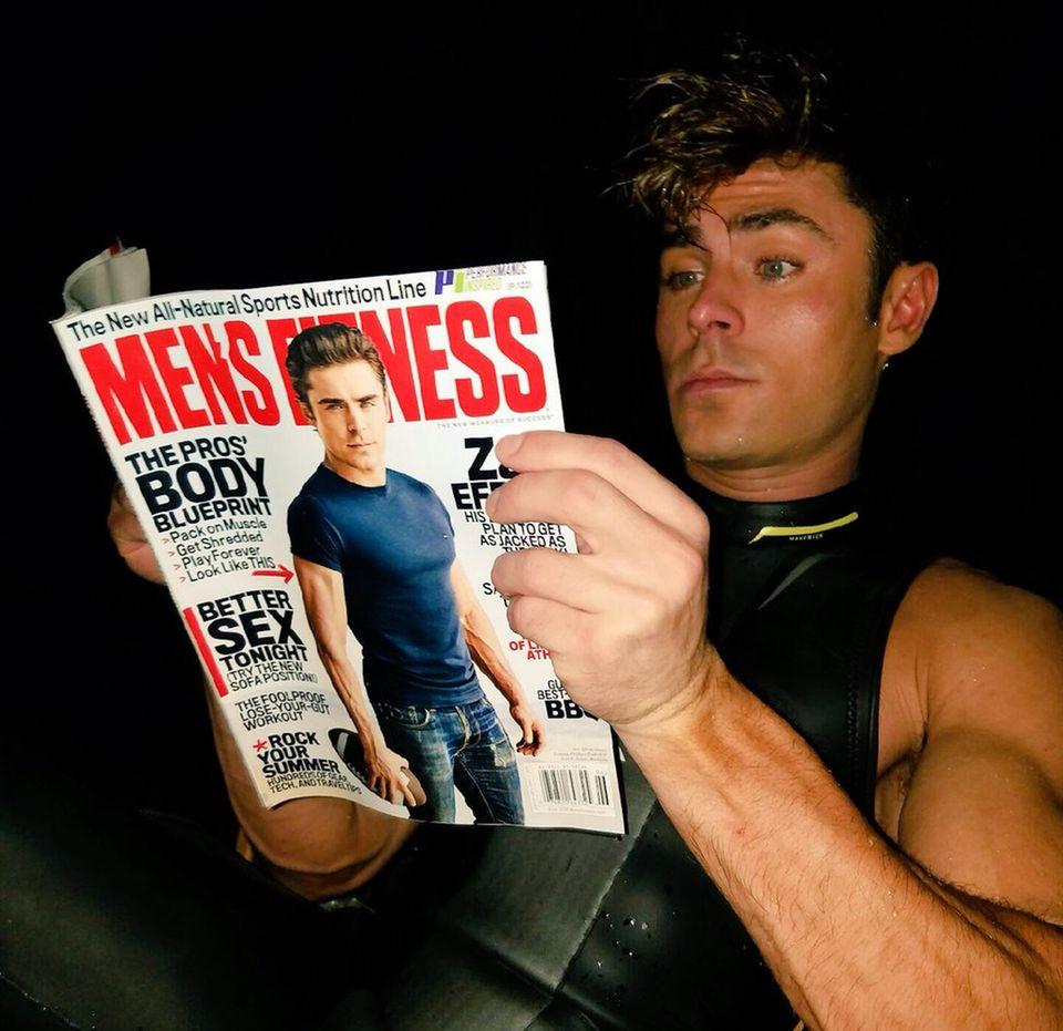 Mai 2016   Zac Efron liest einen Artikel über sich selbst und baut dadurch gleich mal sein Selbstbewusstsein auf. Nicht, dass er es nötig hätte!