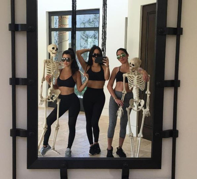 """""""Nur ein Paar dürre Klappergestelle, die miteinander abhängen"""" - postet Kourtney Kardashian scherzend."""
