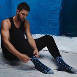 November 2016   Der Basketballer Chandler Parsons zieht sich seine Socken an. So weit so normal, aber diese muskulösen Arme machen das Bild zu einem Eyecatcher.