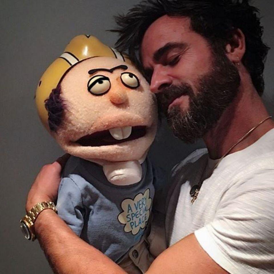 Juli 2016  Nanu?! Wie es scheint hat Justin Theroux jemand anderes zum Kuscheln gefunden. Aber keine Sorge, Jennifer! Dein Liebster schmust nur mit einer Puppe, die er von seinen Kumpels Jimmy Kimmel und Todd Pinckney als Witz-Geschenk bekommen hat.
