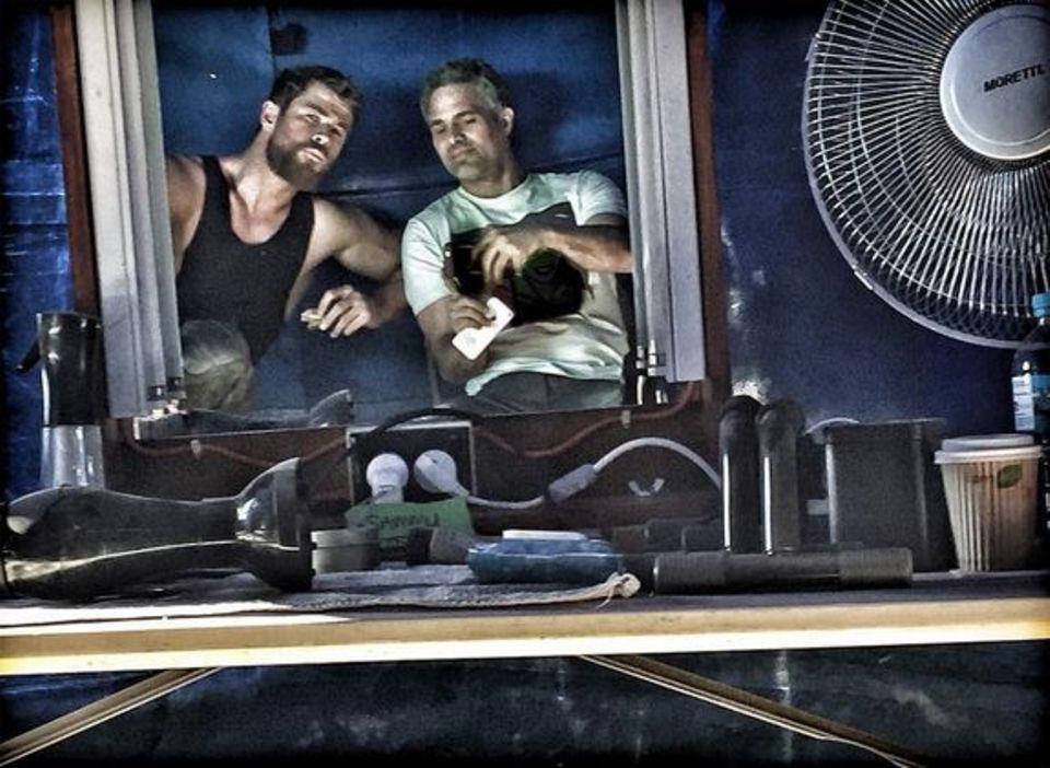 Mark Ruffalo und Chris Hemsworth vertreiben sich die Zeit am Set von Thor 3.