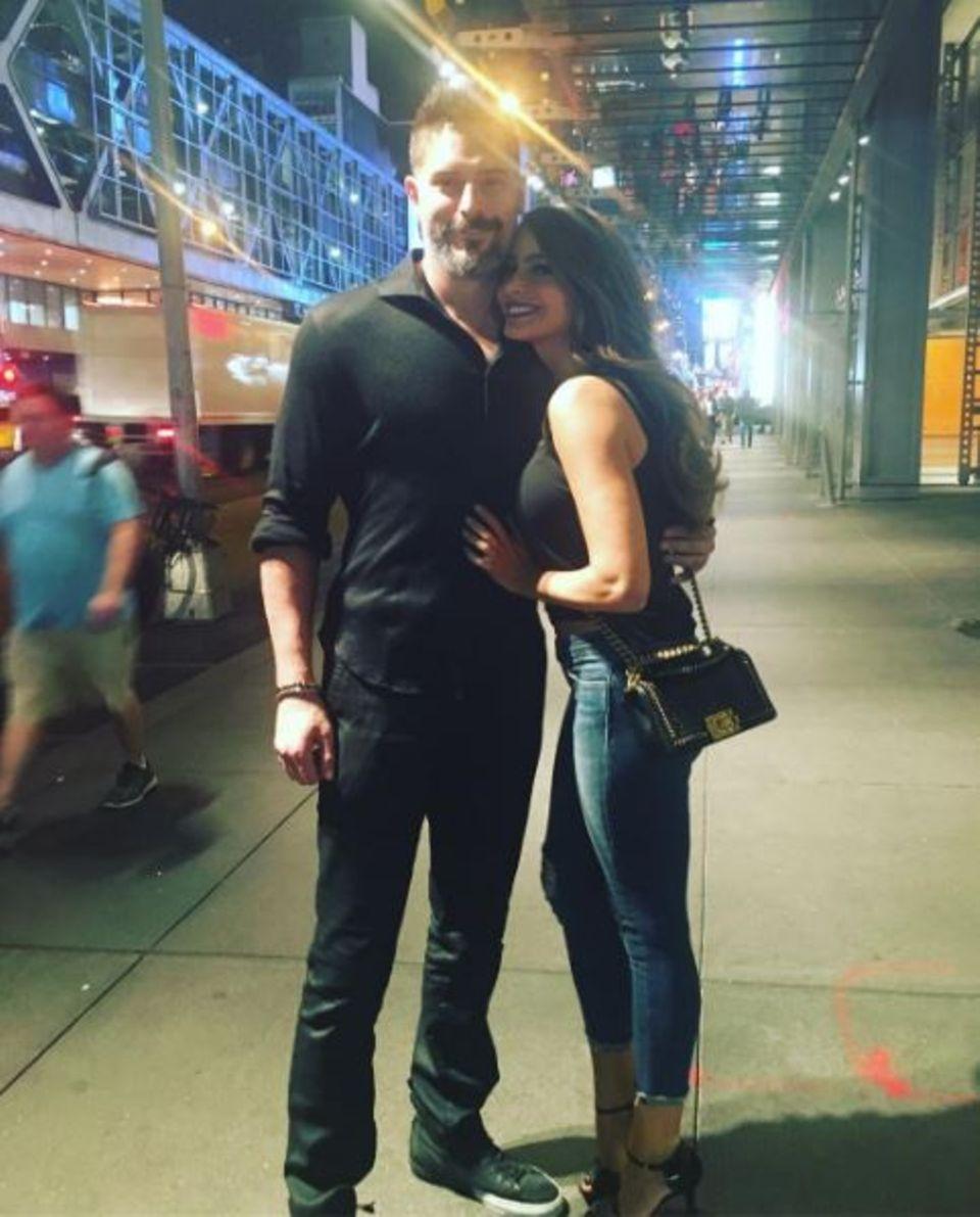 """Mit Ehemann Joe Manganiello kuschelt """"Modern Family""""-Star Sofia Vergara am liebsten. Kann man ihr auch nicht verdenken."""