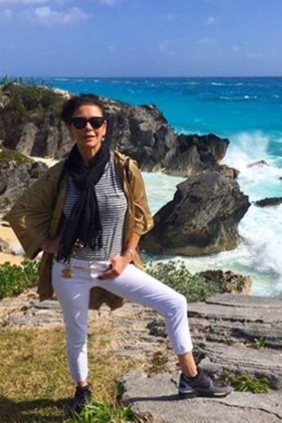 Februar 2016  Catherine Zeta-Jones lässt sich auf den Klippen ordentlich durchpusten.