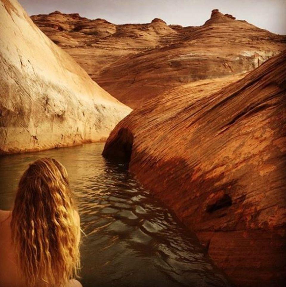 Drew Barrymore paddelt ganz gemütlich den Lake Powell entlang ... Moment! Ist die Schauspielerin etwa nackt? Zumindest wir können da keine Kleidung ausmachen.