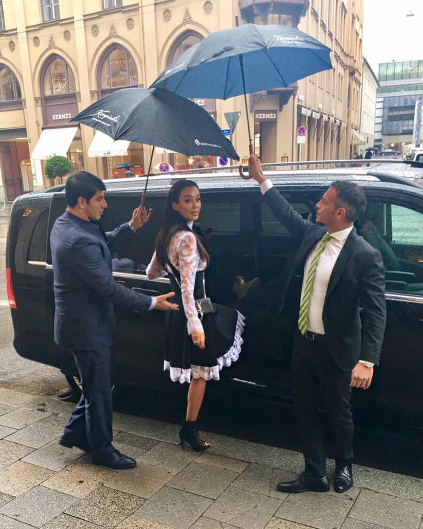 Ob Regen oder Sonnenschein, Bodyguard Ahmad ist für seine Arbeitgeberin Verona Pooth immer zur Stelle.