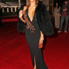 Nicole Scherzinger bleibt ihrem Ruf als durchtrainierte Sexbombe in diesem schwarz-roten Outfit mit Kunstfelljacke treu.