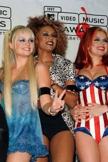 """Die """"Spice Girls"""" waren die wohl schrillste Girlgroup aus den 90ern: Krasser Lidschatten (auch hier gerne in Blau), dazu noch auffällig bemalte Lippen und schmale Augenbrauen. Die Mädels um Victoria Beckham und Mel B lieferten das volle Beauty-Programm, das wir nie wieder sehen möchten."""