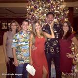 """Innerhalb von nur einer Woche hatten Sofia Vergara und Joe Manganiello Ende Dezember 2014 gleich vier Gründe um zu feiern, als sie sich in ihrem Hawaii-Urlaub befanden. Weihnachten, Joes Geburtstag und Silvester ließen das Paar zwar schon strahlen, getoppt wurde ihre Freude aber noch einmal durch ihre Verlobung. An Heilig Abend machte der """"Magic Mike""""-Darsteller seiner Sofia das wohl größte Geschenk, als er vor der gesamten Familie um ihre Hand anhielt."""