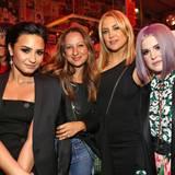 Demi Lovato, Jennifer Meyer, Kate Hudson und Kelly Osbourne sind absolut auf der richtigen Party, wenn ein gut gelaunter Anthony Kiedis hinter ihnen auftaucht.