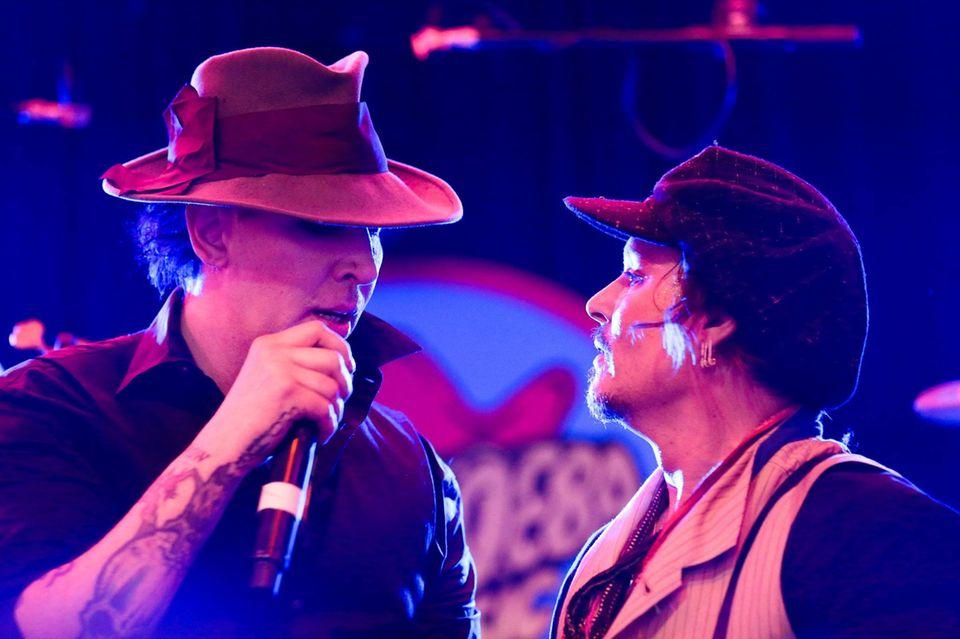 Marilyn Manson und Johnny Depp rocken das Fashion-Event gemeinsam.