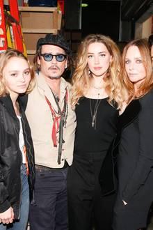 Familientreffen bei Stella: Lily-Rose Depp, Johnny Depp, Amber Heard, Gestgeberin Stella McCartney und Orlando Bloom lassen sich Backstage fotografieren.