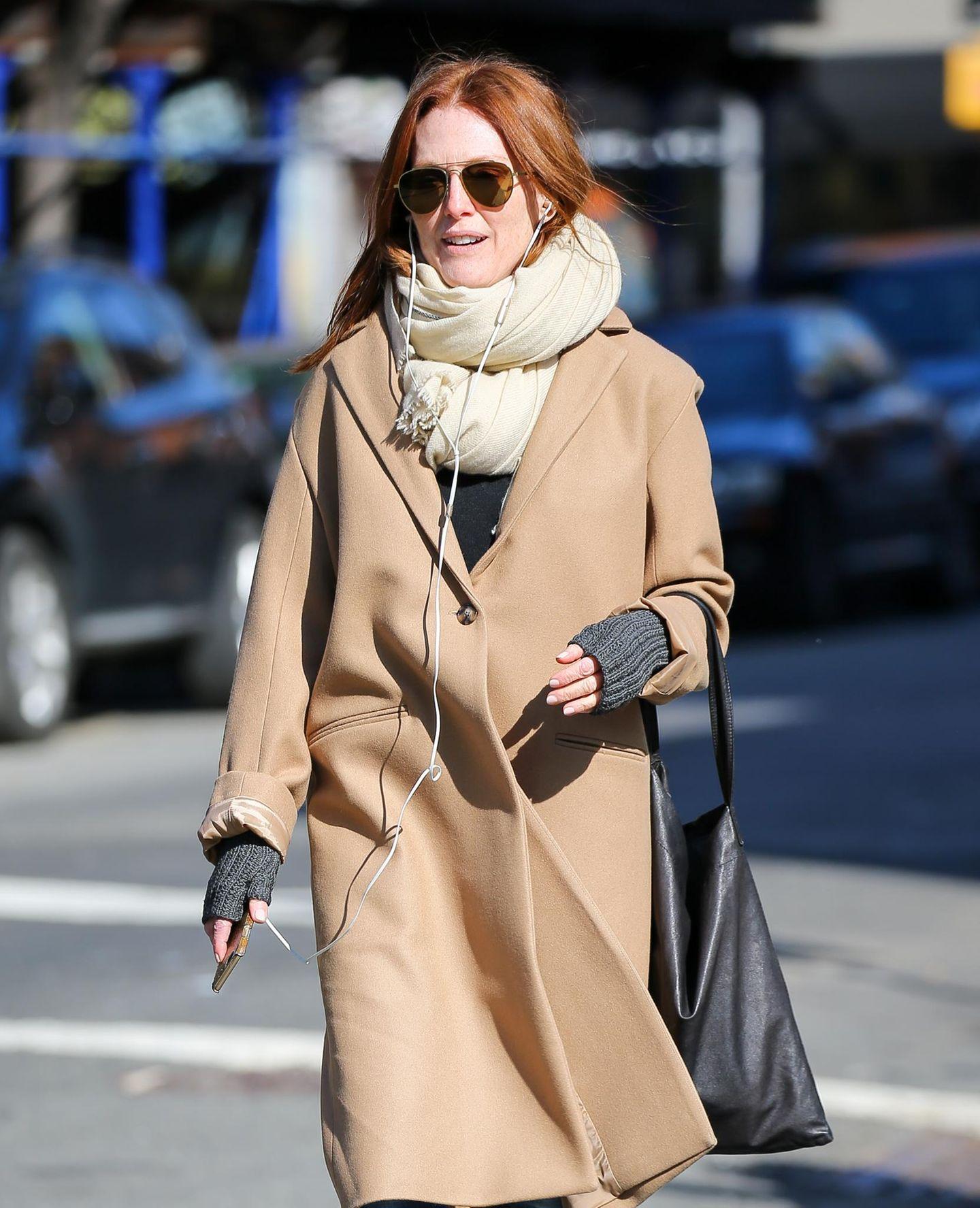 1. März 2016: Julianne Moore hört Musik und spaziert dick eingemummelt durch das New Yorker West Village.