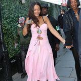 29. Juni 2016: Morgens um 6 Uhr verlässt Rihanna mit ihrer Freundin einen Nachtclub in London.