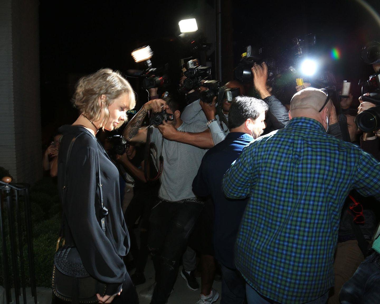 5. April 2016: Taylor Swift wird in West Hollywood umringt von Paparazzi.