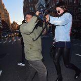 29. März 2016: Kendall Jenner ist nicht gut auf den Paparazzo zu sprechen, als sie einen Welpenladen in New York verlässt.