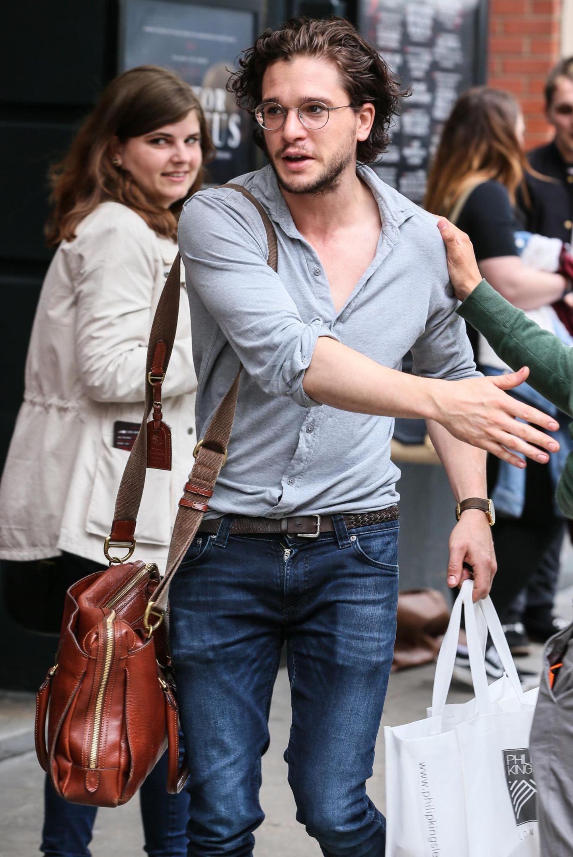 """23. Juni 2016: Kit Harington kommt zu seiner Vorstellung von """"Doctor Faustus"""" in London und bringt sich eine Tüte voller Haarprodukte mit."""