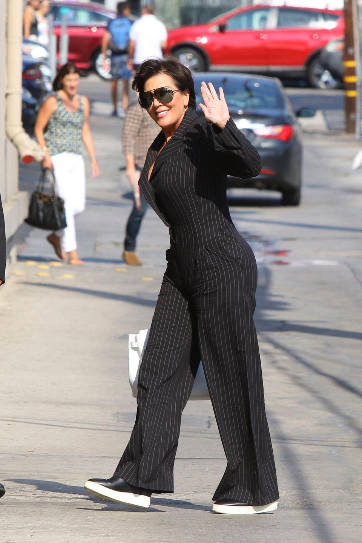 Wir erhaschen einen Blick auf das Kardashian-Oberhaupt Kris Jenner: Im Nadelstreifen-Jumpsuit ist die TV-Persönlichkeit gerade unterwegs zu den Jimmy Kimmel Live Studios.