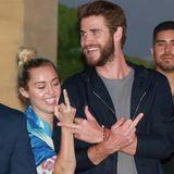 """15. Juli 2016: Miley Cyrus und Liam Hemsworth sind beim Verlassen des Promirestaurants """"Nobu"""" in Malibu gut gelaunt. Für die Fotografen haben sie aber auch eine klare Message."""