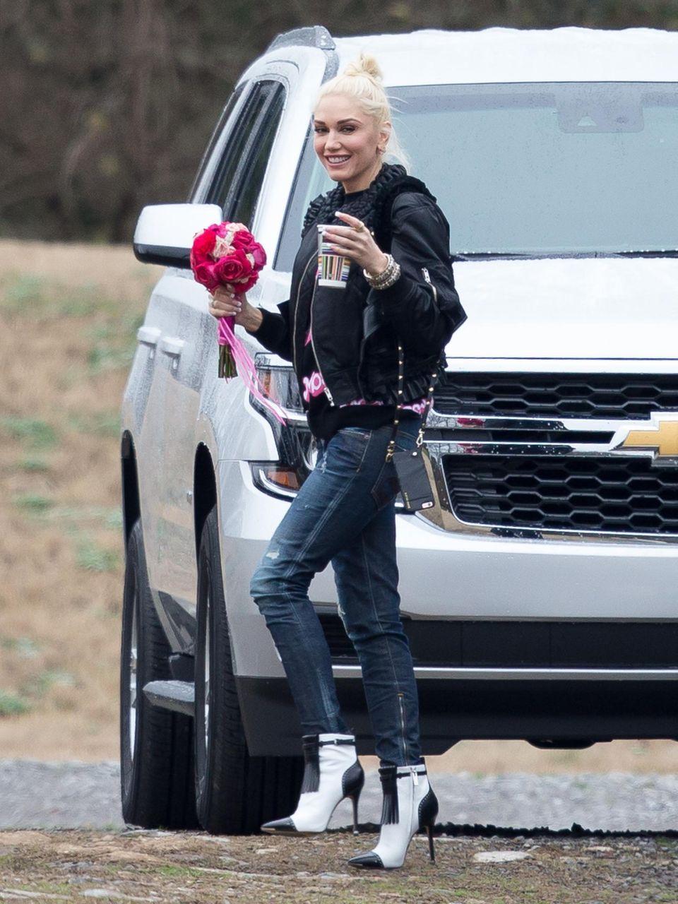 10. Januar 2016: Gwen Stefani und Blake Shelton sind auf der Hochzeitsfeier von Blake's Freundin Amanda Craig eingeladen. Flower Girl Gwen ist sichtlich gut gelaunt. Die Nacht verbringen Gwen und Blake in einem von Blakes Tourbussen.