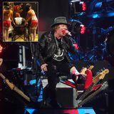9. April 2016: The Show must go on! Axl Rose hat sich bei Proben im Vorfeld den Fuß gebrochen. Zum Konzert nach Las Vegas kommt er im Rollstuhl.