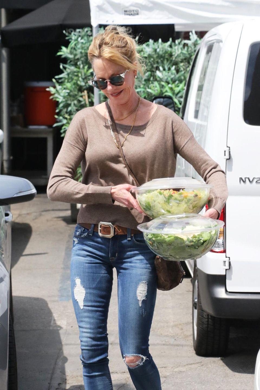 8. Mai 2016: Bepackt mit zwei großen Salatschüsseln, verlässt Melanie Griffith das Haus. Im Auto wartet Tochter Stella auf sie.