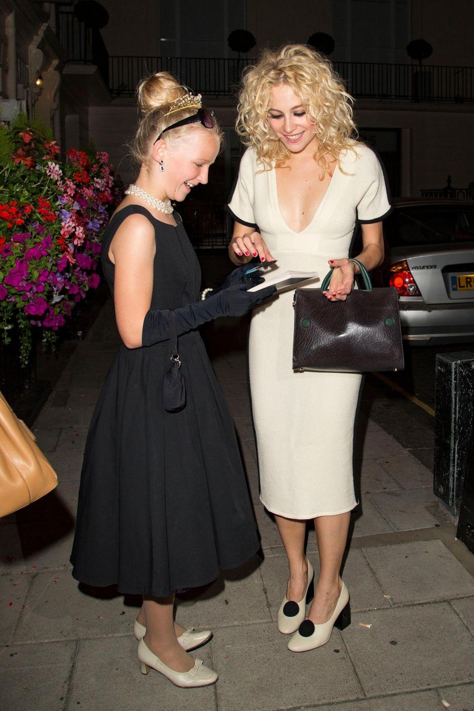 """6. August 2016: Die Sängerin und Schauspielerin Pixie Lott verlässt das """"Theatre Royal Haymarket"""" und gibt einem sehr gut gekleideten Fan ein Autogram."""