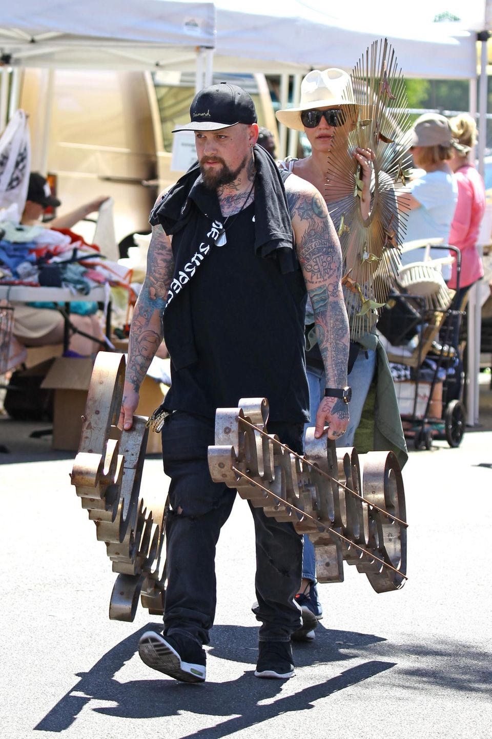 15. August 2016: Benji Madden und Cameron Diaz sind auf dem Flohmarkt in Pasadena fündig geworden und bringen ihre erbeuteten Schnäppchen schnell nach Hause.