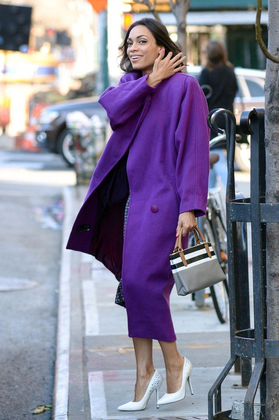 29. März 2016: Top gestylt wird Rosario Dawson in downtown Manhattan gesichtet.