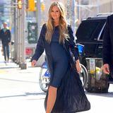 1. März 2016: Die Schwangerschaft steht Chrissy Teigen hervorragend. Das Model trägt ihren Babybauch durch New York.