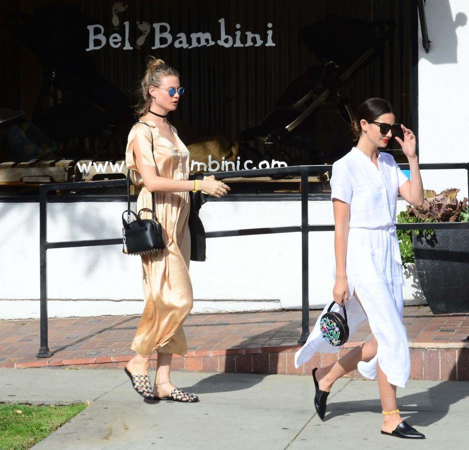 5. April 2016: Die schwangere Behati Prinsloo wird von ihrer Model-Kollegin Lily Aldridge begleitet, als sie sich bei Bel Bambini in West Hollywood umschaut.