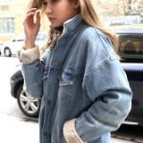 31. März 2016: Gigi Hadid ist in New York unterwegs und trägt dabei einen warmen Jeansmantel.