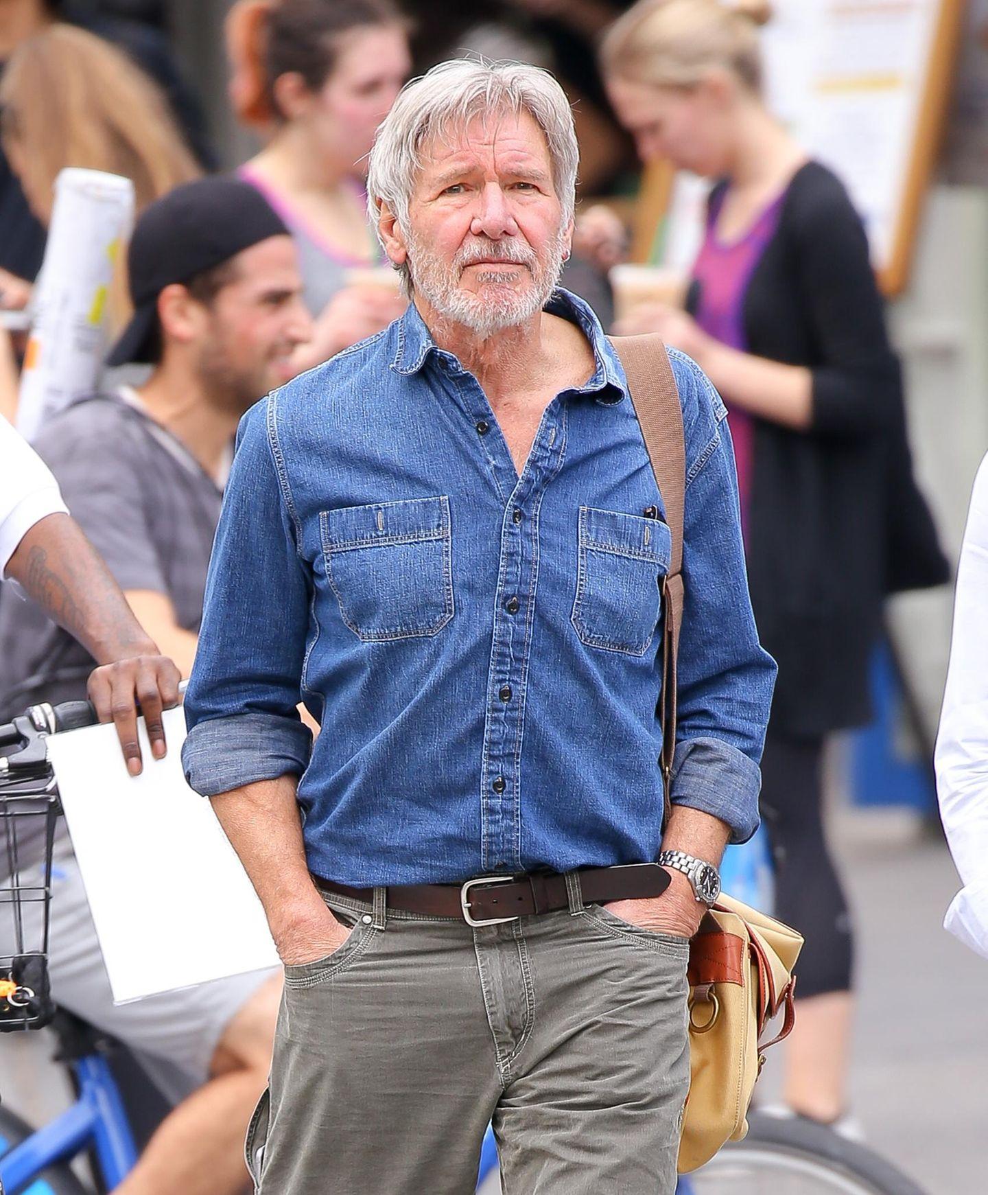 10. März 2016: Harrison Ford sieht etwas gestresst aus während er durch New York schlendert.