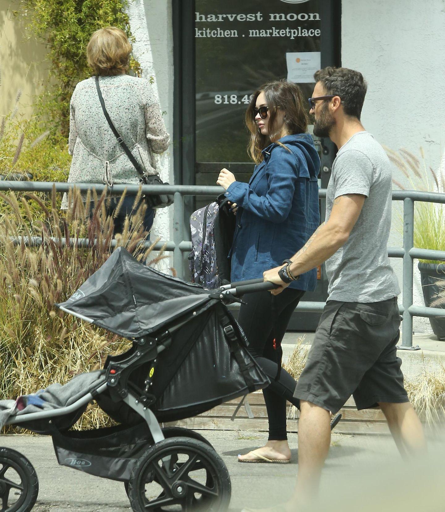 24. April 2016: Das On-Off-Pärchen des Jahres: Die schwangere Megan Fox und Brian Austin Green gehen mit ihren Söhnen Noah und Bodhi auf dem Harvest Market in Los Angeles einkaufen.