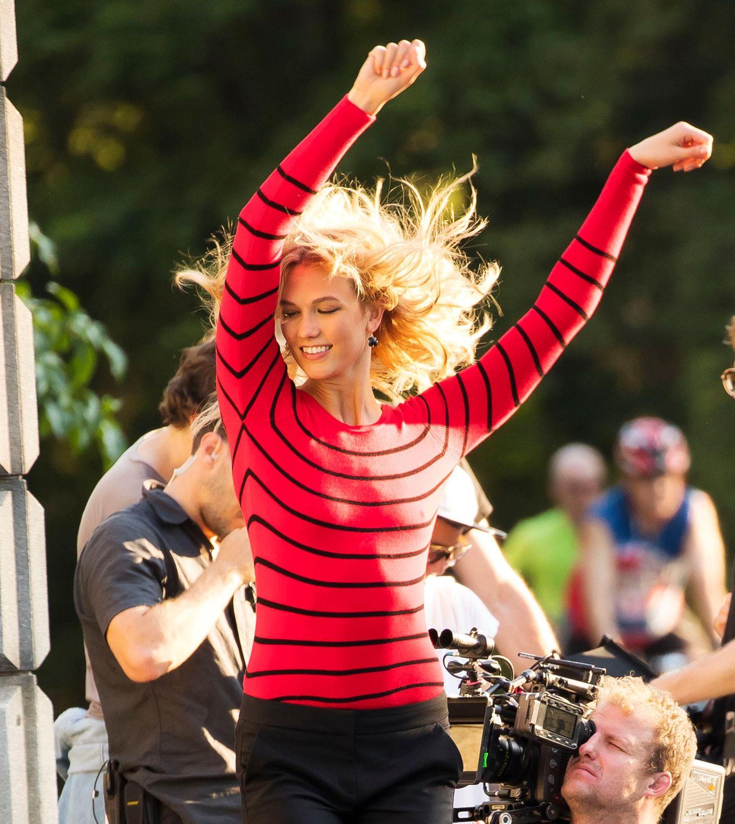 7. Juli 2017: Karlie Kloss dreht bei einem Photoshooting in New York richtig auf.
