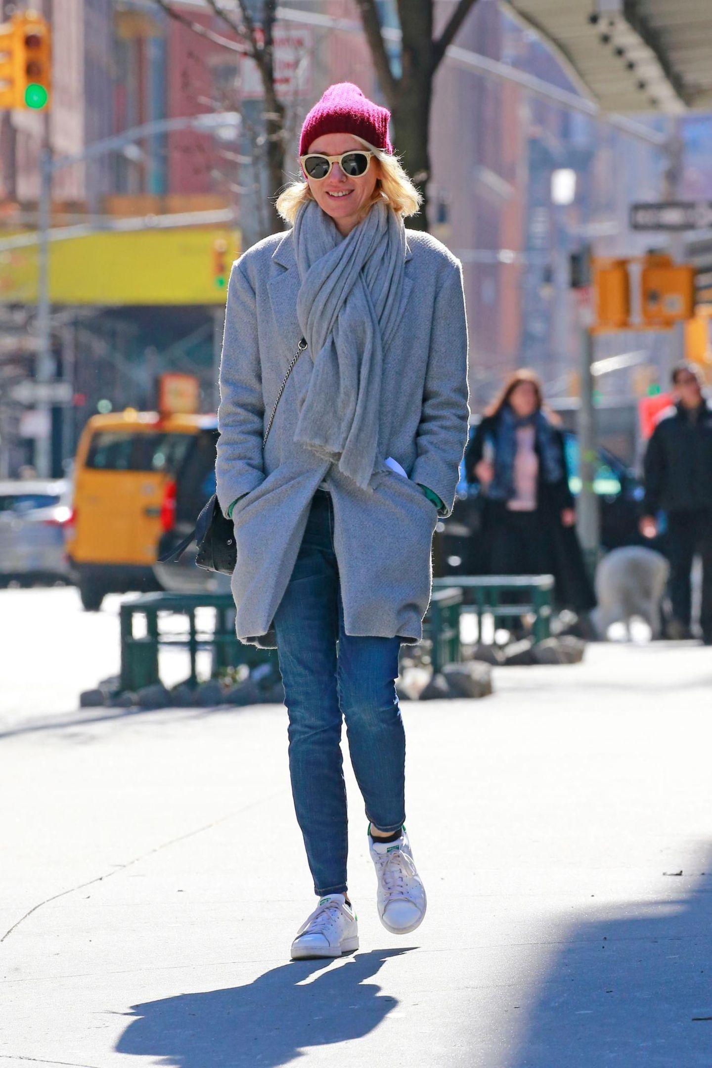 1. März 2016: Auch Naomi Watts genießt die ersten Sonnestrahlen bei einem Spaziergang in New York.