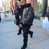 5. April 2016: Ganz lässig winkt Kanye West sich ein New Yorker Yellow Cab heran, während er telefoniert.