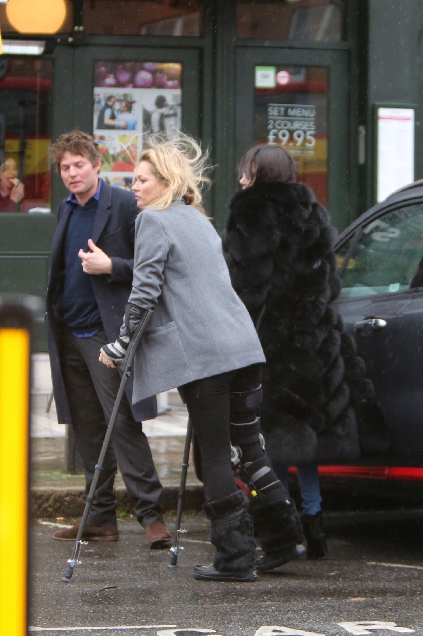 20. Februar 2016: Kate Moss hat den Skiurlaub mit ihrem Liebsten Nikolai von Bismarck nicht ganz unbeschadet überstanden.