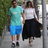 Unterwegs: 3. Mai 2016: Lange nicht gesehen: Hollywood-Star Adam Sandler hätten wir in diesem Schlabberlook kaum wiedererkannt. Seine Frau Jackie macht den Gehweg hingegen zu ihrem Laufsteg. Hingucker!