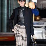 3. Juli 2016: Celine Dion verlässt das Royal Monceau Hotel in Paris und strahlt für die Fotografen in die Kameras.